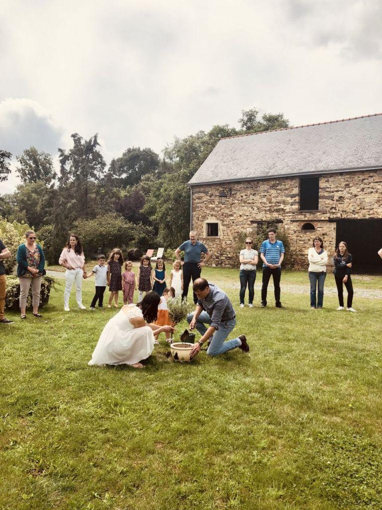 Marjory et Sébastien plantent l'arbre de leur mariage au Domaine de Cahan